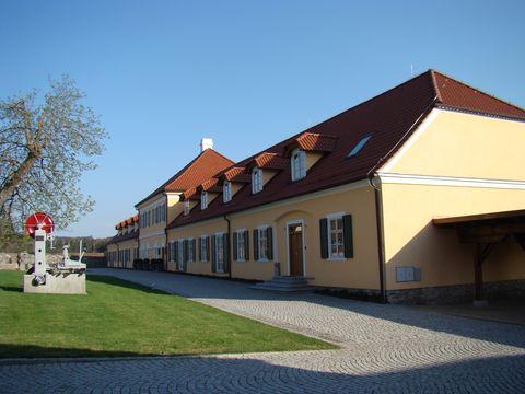 budovy na druhé straně silnice