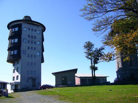 na vrcholu Čerchova je kromě rozhledny KČT i vojenská věž