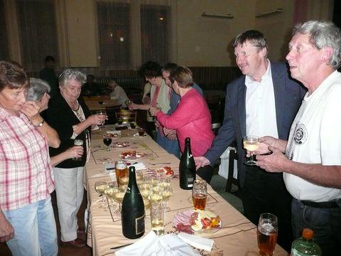 telčští turisté se svým předsedou Vladimírem Mazalem a starostou města