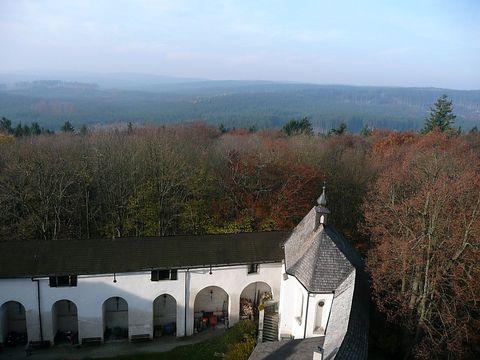 pohled na telčské lesy z věže hradu Roštejna