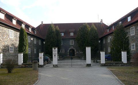 vchod do Hrádku v parku Heulos