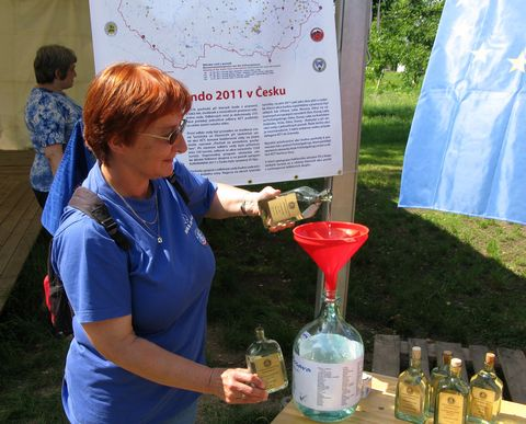 Míla Bradová slévá v Břeclavi vzorky vody z Jihlavska