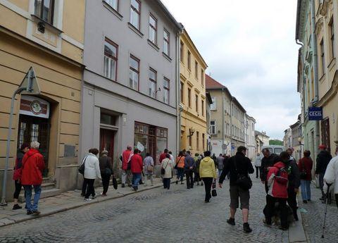 Brněnská ulice s domem č.3, vlevo, s modrošedou fasádou, blízko spodní části náměstí