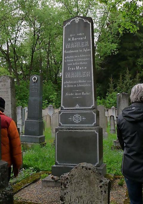 náhrobek rodičů GM na jihlavském židovském hřbitově