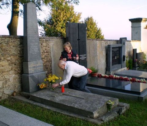 Jiří Reynek a Olga Poukarová u hrobu Bohuslava Reynka