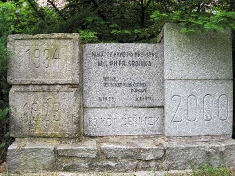 památník se základními kameny chaty z roku 1923 a 1934 a s pamětní deskou Fr. Srdínkovi z roku 1934