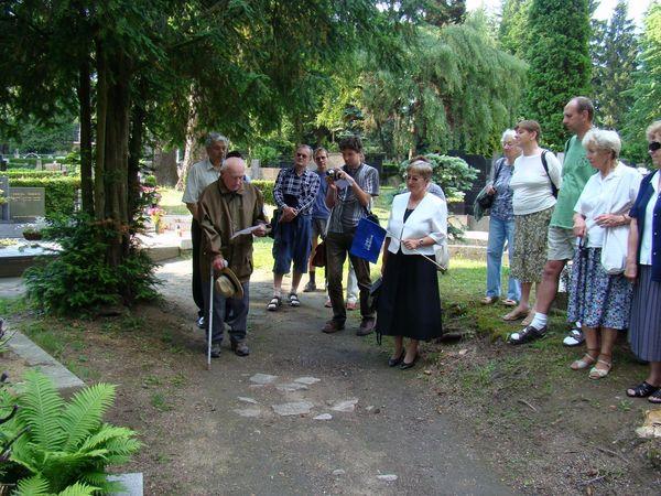 shromázdění jihlavských turistů u hrobu zakladatele odboru Čeřínek, v roce 2008 při oslavách 120. výročí zalození KČT