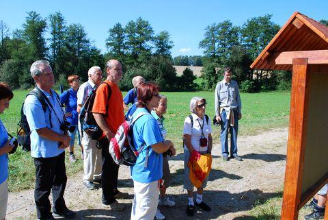 turisté před informační tabulí č.2 u Grodlova mlýna