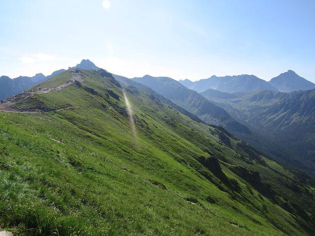 Laliový vrch, nad ním Svinica se dvěma vrcholy