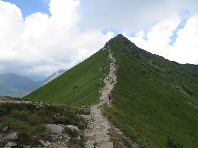 srázy vlevo spadají do Tiché doliny, vpravo k Zakopanému
