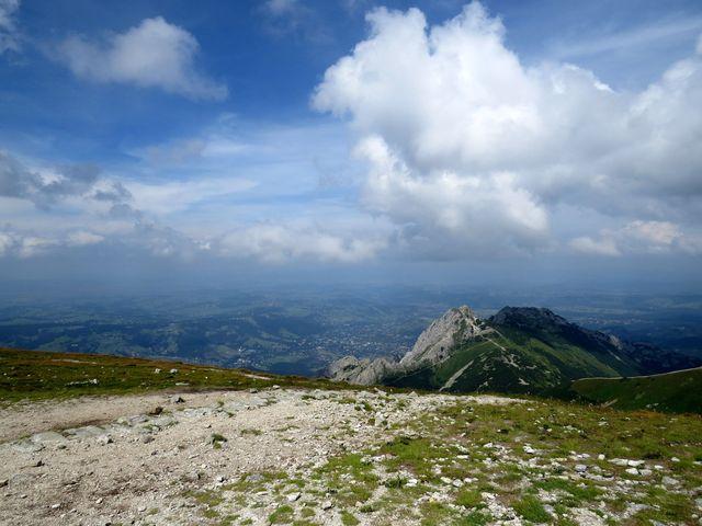výhled z Malolučniaku na Giewont, pod ním Zakopané