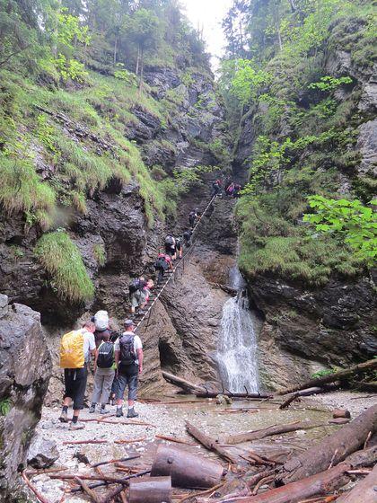 přechod nad dvoustupňovým vodopádem