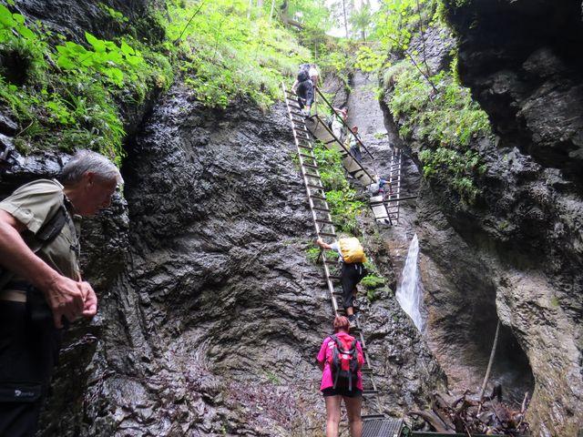 žebříky a lávky nad vodopádem