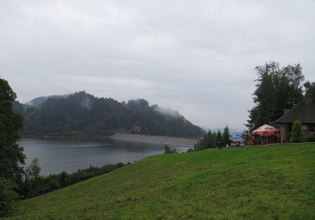 hráz přehrady mezi Čorštýnským a Šromoveckým jezerem