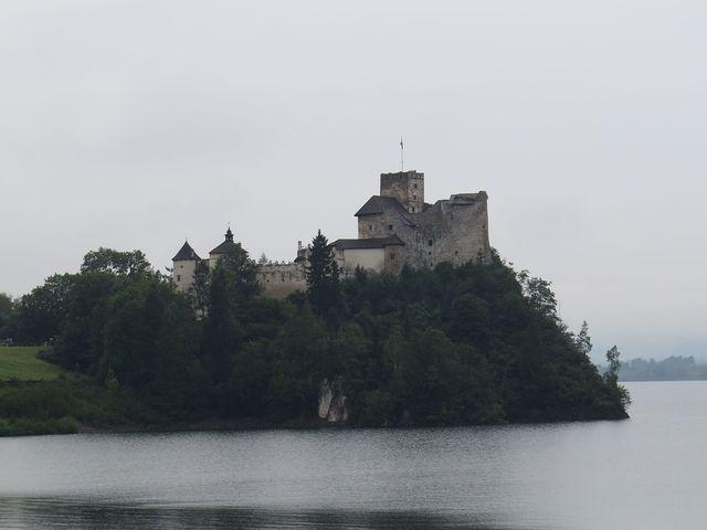 romantický hrad nad jezerem