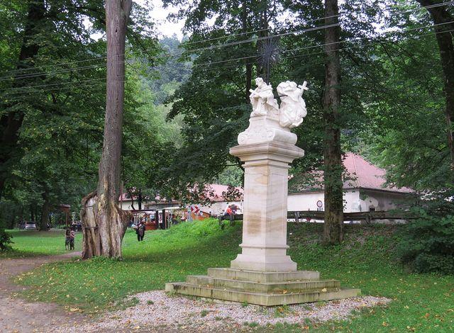 kopie původní sochy v parku u Červeného kláštera