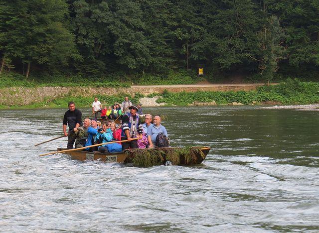 část naší výpravy na voru při plavbě po Dunajci