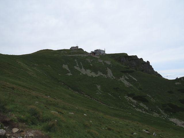 observatoř a stanice lanovky na Kasprovém vrchu z chodníku v Gasienicowé dolině