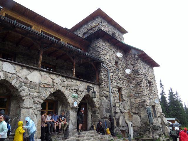 v chatě i u ní hledají úkryt před deštěm desítky turistů