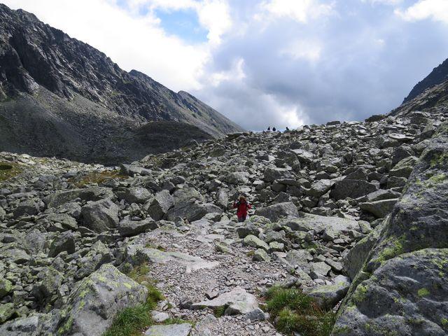 při výstupu Mlynickou dolinou máme vlevo hřeben Soliska, vpravo jsou Bašty a Satan