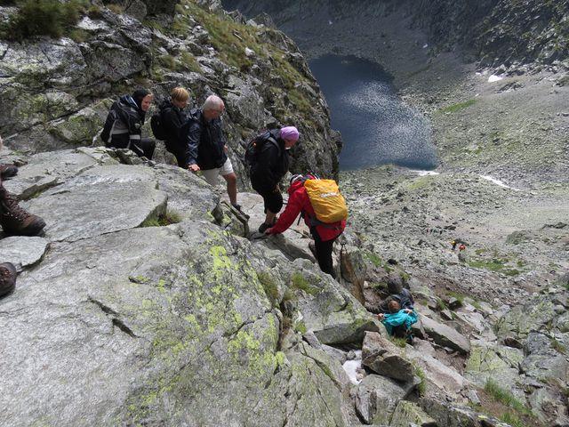sestup ze sedla do doliny k Wahlenbergovým plesům