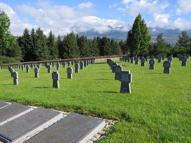 kříže jsou z leštěné žuly, na kovových deskách čteme jména vojáků