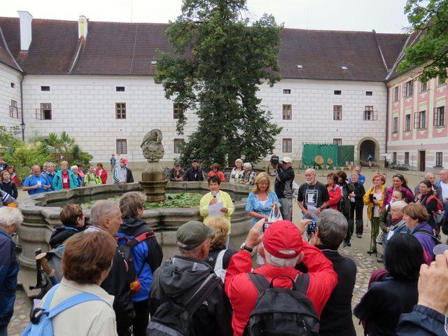 zahájení Putování za pětilistou růží na nádvoří třeboňského zámku