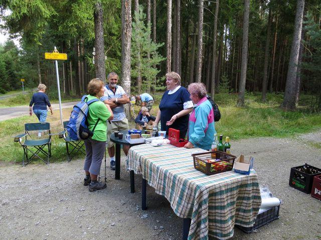 milé Marušky a usměvavý Vladimír zajišťují pro pochodníky občerstvení v přírodě