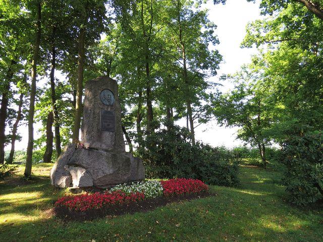 Šustův památník na hrázi rybníka Svět