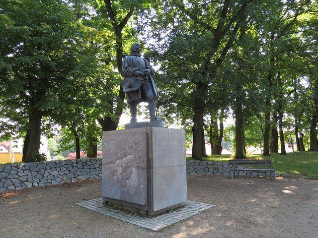 Jakub Krčín u rybníka Svět - socha z roku 2004 je poctou i jeho předchůdcům Štěpánku Netolickému a Mikuláši Rutardovi z Malešova