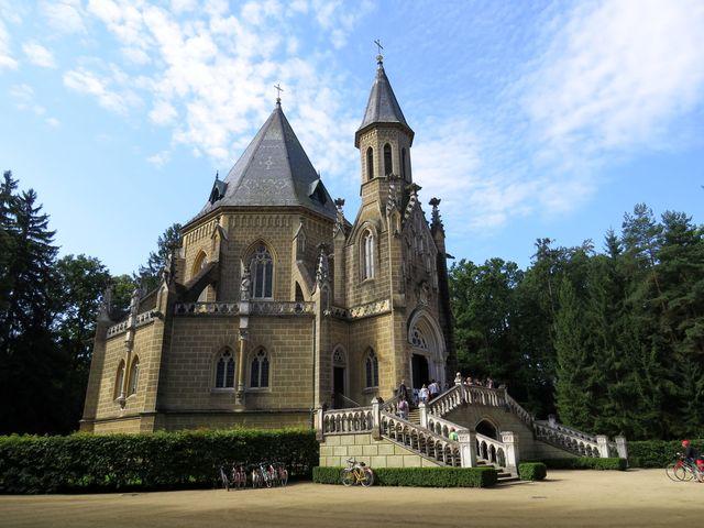 Schwarzenberská hrobka v anglickém parku u rybníka Svět