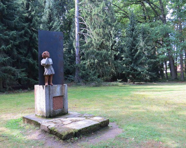 socha Anděla Strážce v parku u hrobky
