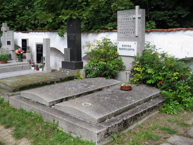 hrob cestovatele Jiřího Hanzelky a jeho první ženy