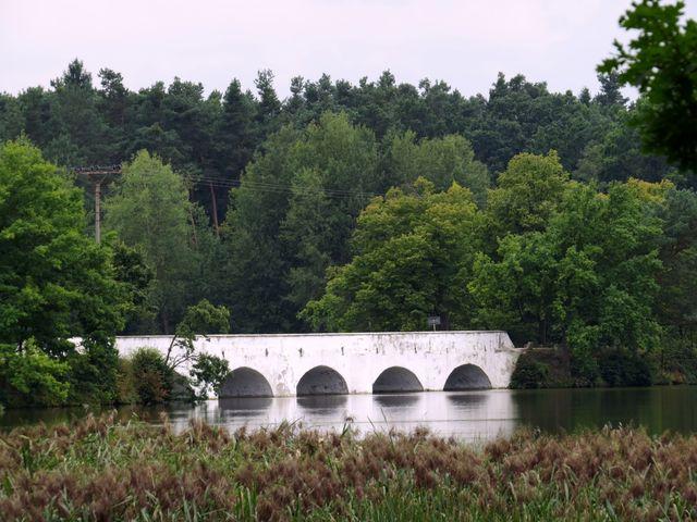 na bělostný most je radost pohledět