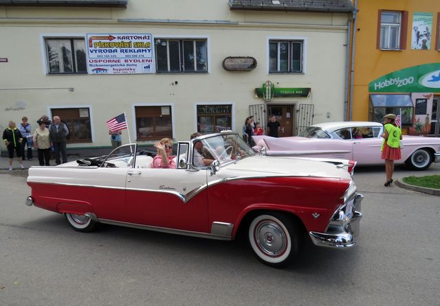stará auta brázdící ulice Světlé budila velkou pozornost