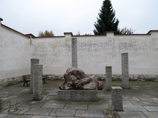 vězeňský dvůr, kde byli 7.5.1945 zastřeleni třešťští občané
