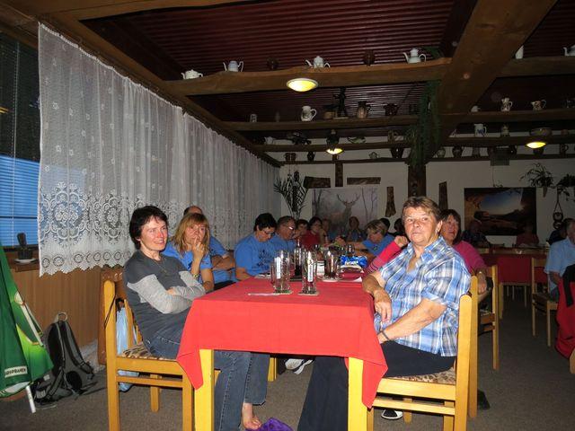 cvičitelé a vedoucí turistiky na semináři v chatě na  Čeřínku