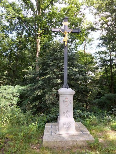 křížek na hrázi Rožmberka - foto I. Svobodová
