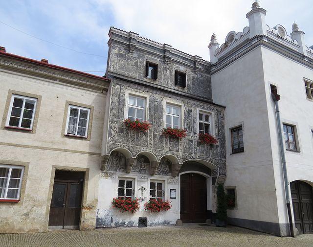 renesanční dům s podobiznami rakouských arcivévodů a mytologickými tématy, např. Ikarův pád; www.svatosi.cz
