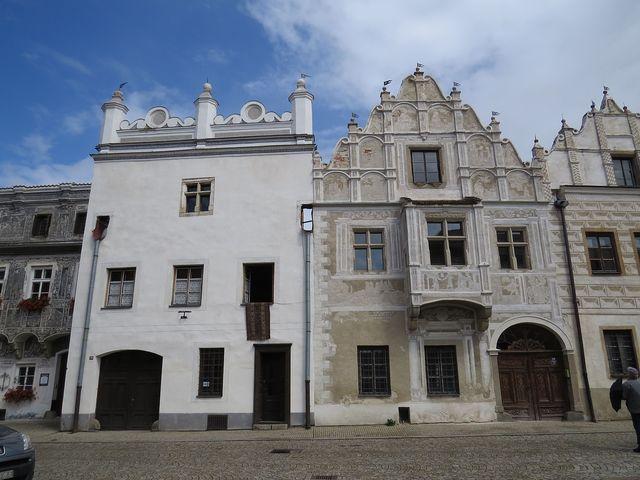 vedle domu s věžicemi jsou na čtyřpatrovém štítu starozákonní výjevy; www.svatosi.cz