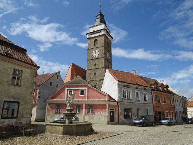 žulová kašna se sochou sv. Froriána z konce 18. století; www.svatosi.cz