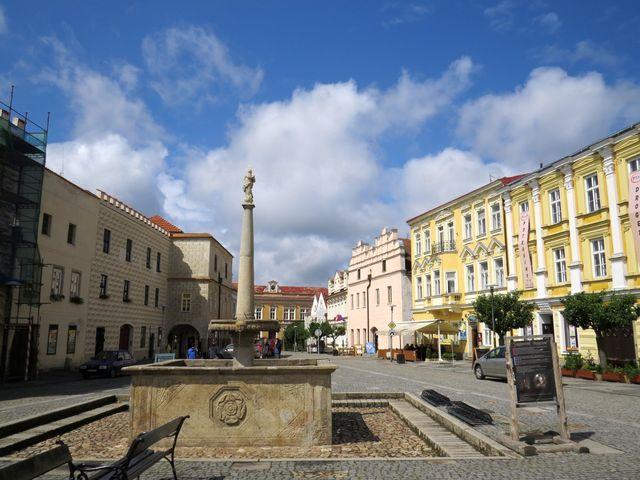 po procházce návrat na slunné náměstí; www.svatosi.cz