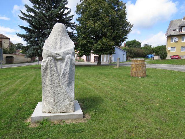socha je instalovaná na návsi v Písečné; www.svatosi.cz