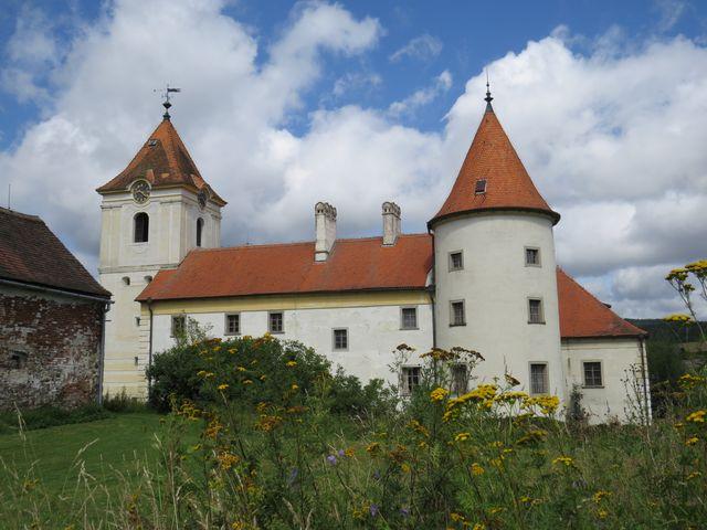 částečně opravený zámek v Písečné nad Dyjí