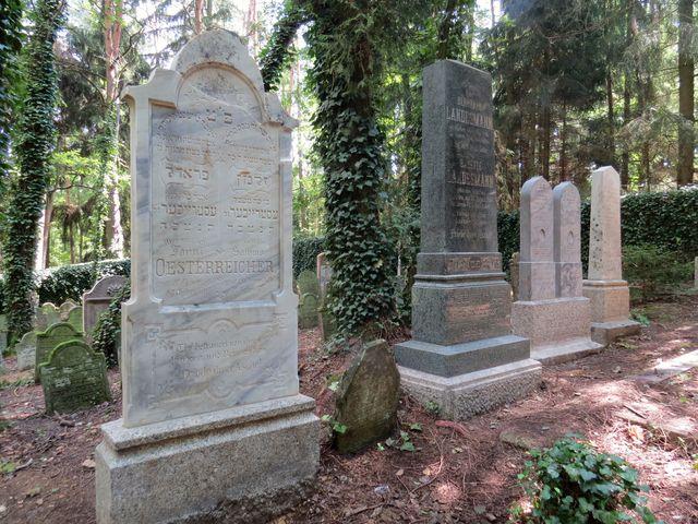 náhrobní kameny jsou v barokovém a klasicistním slohu; www.svatosi.cz