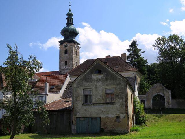 střed obce s věží kostela sv. Jana Křtitele
