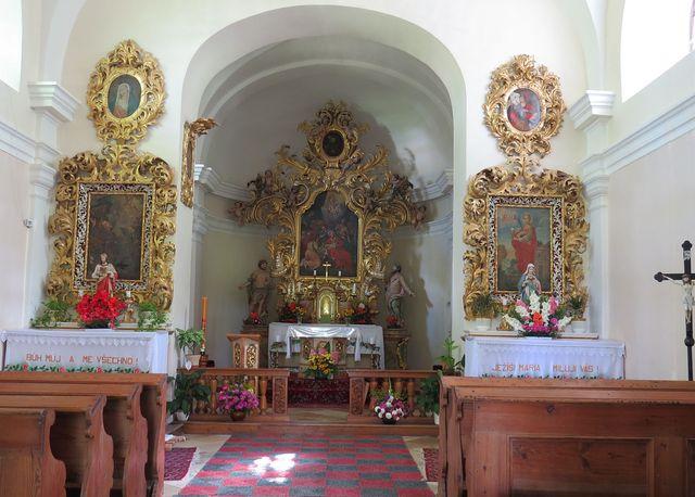 interiér hřbitovní kaple
