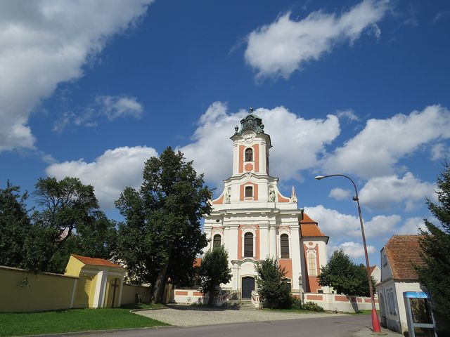 kostel sv. Linharta v Kdousově; www.svatosi.cz