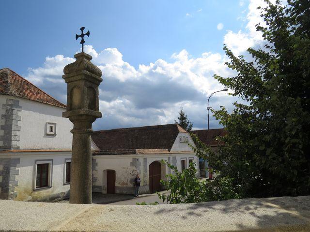 střed Kdousova z terasy před kostelem