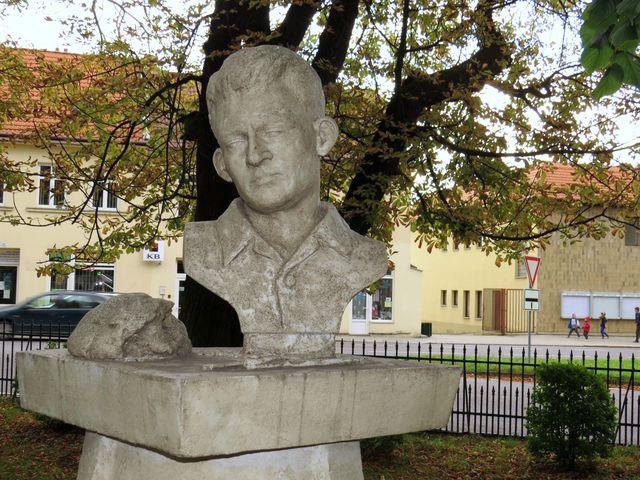 socha byla odhalena na konci dubna 2011 při příležitosti 100. výročí narození sochaře Šlezingera